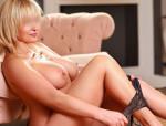 Eine süße Blondine mit heißen Kurven und ein